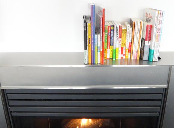 暖炉の上の本棚
